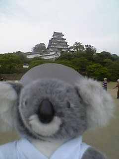 姫路城前で